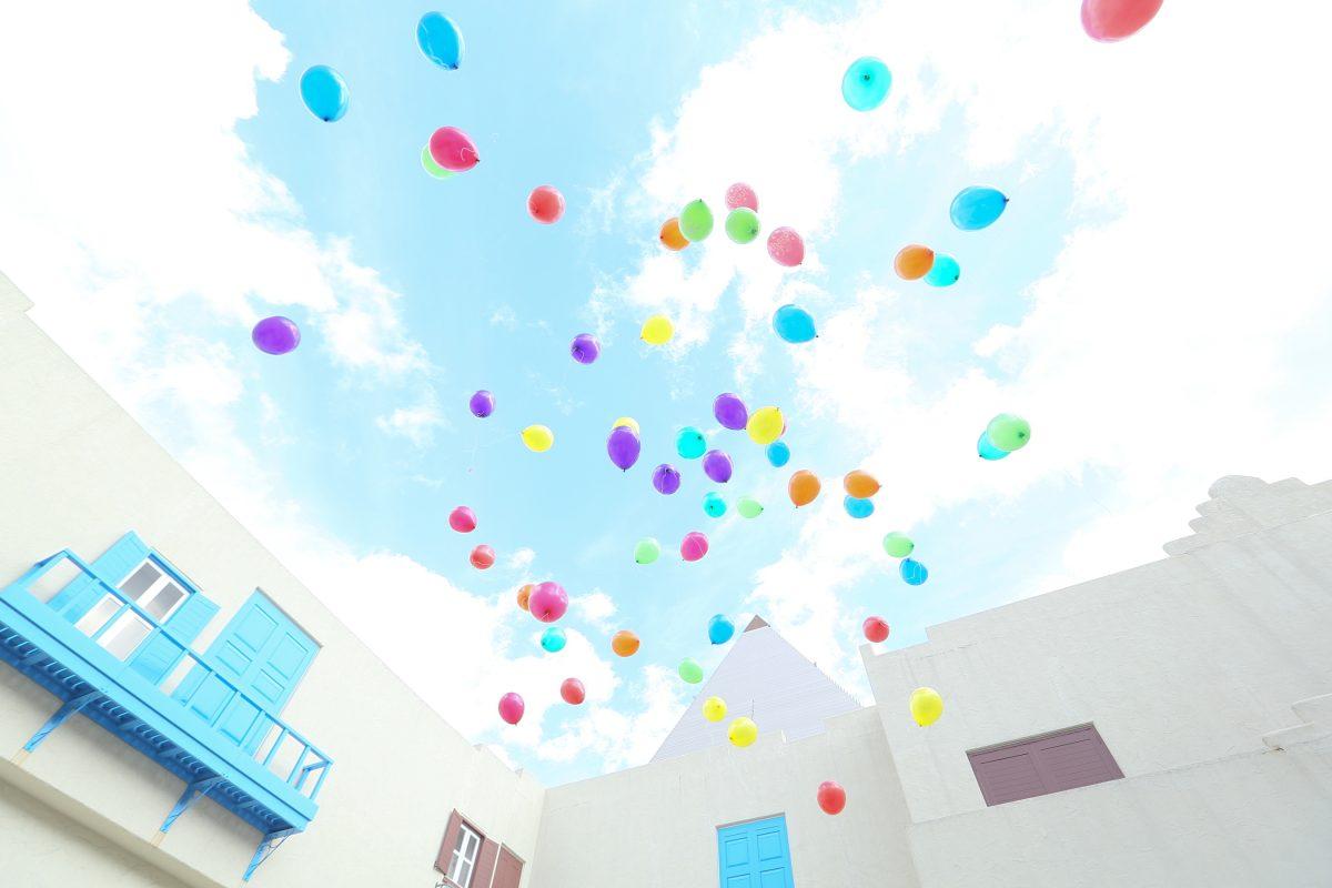 空に舞うバルーンリリースの写真