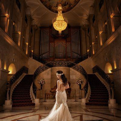 エスタシオン・デ・神戸のエントランスホールで撮影したウェディングドレスのバックショット