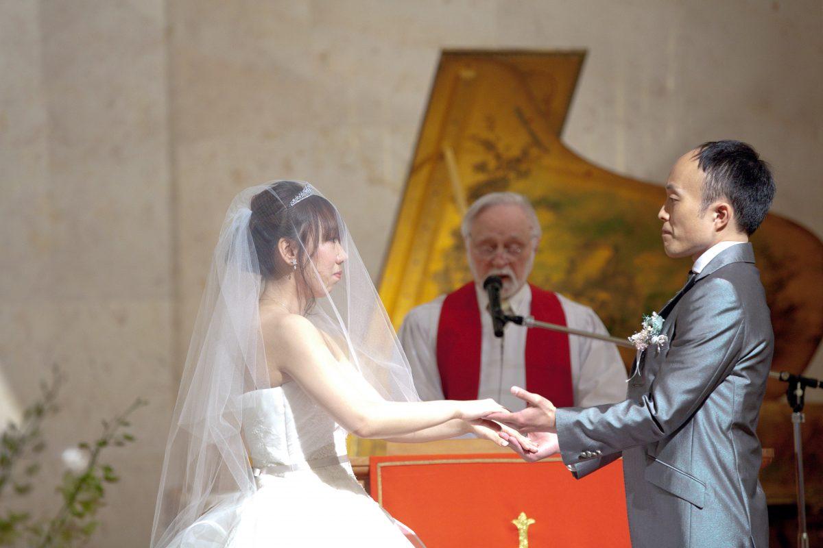 エントランスホールにて行われたキリスト教会式での誓約のシーン